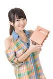 Усмехаясь азиатская женщина с подарком стоковое изображение rf