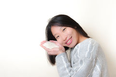 Усмехаясь азиатская женщина с рисом в руках Подайте мировоззренческая доктрина Стоковое Изображение