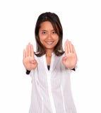 Усмехаясь азиатская молодая женщина давая максимум Стоковые Изображения