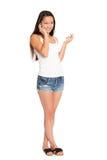 Усмехаясь азиатская молодая женщина говоря на телефоне стоковые изображения rf