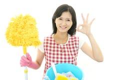 Усмехаясь азиатская домохозяйка стоковая фотография rf