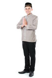 Усмехаясь азиатский мусульманский приветствовать человека Стоковые Фотографии RF