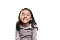 Усмехаясь азиатский ребенк показывая ее отсутствующий зуб Стоковые Фото