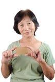 Усмехаясь азиатское seniorwoman держа пустой пустой isol визитной карточки Стоковые Изображения