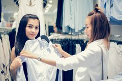 Усмехаясь азиат молодой женщины 2 с покупками и покупка на моле/supe Стоковые Фотографии RF
