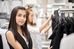 Усмехаясь азиат молодой женщины 2 с покупками и покупка на моле/supe Стоковое Фото