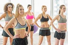 Усмехаясь аккуратные девушки в спортзале Стоковая Фотография