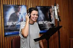 Усмехаясь актриса на студии звукозаписи Стоковая Фотография