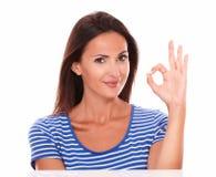 Усмехаясь дама делая одобренный знак Стоковое Фото