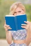Усмехаясь дама с книгой outdoors Стоковые Изображения RF