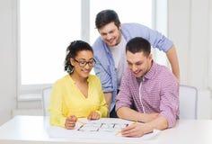 3 усмехаясь архитектора работая в офисе Стоковое фото RF