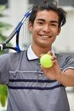 Усмехаясь атлетический разнообразный мужской теннисист стоковые изображения rf