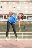 Усмехаясь атлетическая тренировка женщины и работать в улице стоковые изображения rf