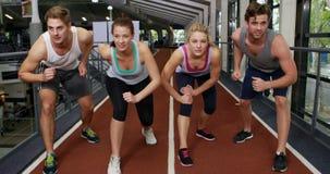 Усмехаясь атлетические друзья идя начать побежать акции видеоматериалы