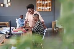 Усмехаясь африканские коллеги дела на работе в современном офисе Стоковая Фотография RF