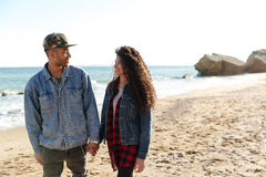 Усмехаясь африканские любящие пары идя outdoors на пляж Стоковое Изображение RF