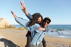 Усмехаясь африканские любящие пары идя outdoors на пляж Стоковое Изображение