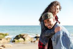 Усмехаясь африканские любящие пары идя outdoors на пляж Стоковые Изображения RF