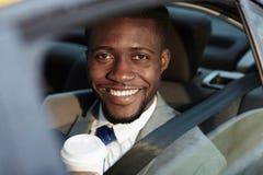 Усмехаясь африканский бизнесмен в автомобиле Стоковое Изображение