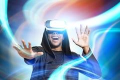 Усмехаясь африканский парень в стеклах VR, абстрактных Стоковые Изображения