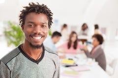 Усмехаясь африканский студент колледжа стоковое фото rf