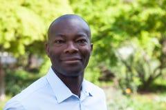 Усмехаясь африканский человек в парке Стоковое Изображение RF