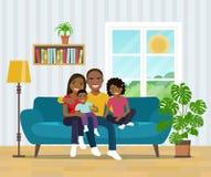 Усмехаясь Афро-американская семья на софе в живущей комнате бесплатная иллюстрация