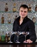 Усмехаясь бармен служа коктеили Мартини стоковая фотография rf