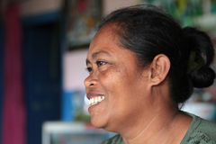 Усмехаясь балийская женщина в ее доме Стоковые Изображения RF