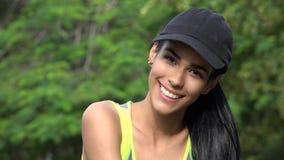 Усмехаясь бейсбольная кепка счастливой предназначенной для подростков девушки нося Стоковое Фото