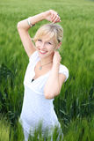 Усмехаясь белокурая женщина стоковая фотография rf