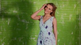 Усмехаясь белокурая кавказская женщина сток-видео