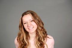 Усмехаясь белокурая предназначенная для подростков девушка Стоковое Изображение RF