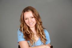 Усмехаясь белокурая предназначенная для подростков девушка Стоковая Фотография