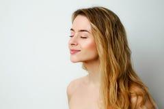 Усмехаясь белокурый портрет профиля женщины Стоковое Изображение RF