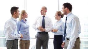 Усмехаясь бизнесмены встречая в офисе акции видеоматериалы