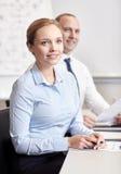Усмехаясь бизнесмены встречая в офисе Стоковая Фотография RF