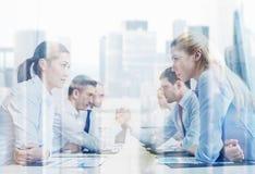Усмехаясь бизнесмены имея конфликт в офисе Стоковая Фотография