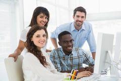 Усмехаясь бизнесмены используя компьютер Стоковые Изображения RF