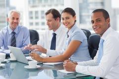 Усмехаясь бизнесмены коллективно обсуждать Стоковое Изображение RF