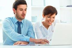Усмехаясь бизнесмены работая совместно в офисе Стоковые Фото