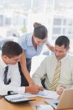 Усмехаясь бизнесмены работая совместно на документе Стоковая Фотография RF