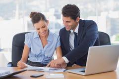 Усмехаясь бизнесмены работая совместно Стоковое Изображение RF