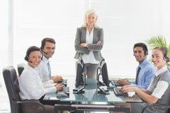 Усмехаясь бизнесмены смотря камеру Стоковые Фотографии RF