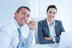 Усмехаясь бизнесмены смотря камеру Стоковая Фотография RF