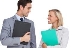 Усмехаясь бизнесмены смотря один другого с папками Стоковая Фотография RF