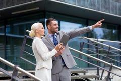 Усмехаясь бизнесмены с ПК таблетки outdoors Стоковое Изображение RF