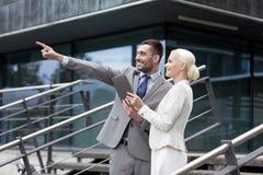 Усмехаясь бизнесмены с ПК таблетки outdoors Стоковая Фотография