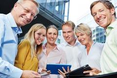 Усмехаясь бизнесмены с планшетом Стоковая Фотография RF