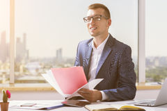 Усмехаясь бизнесмен делая обработку документов Стоковое Фото